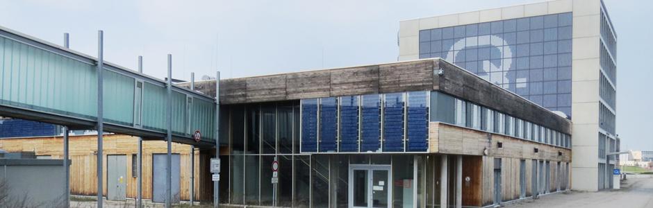 Außen: Halle 1 + 2 mit Büroturm
